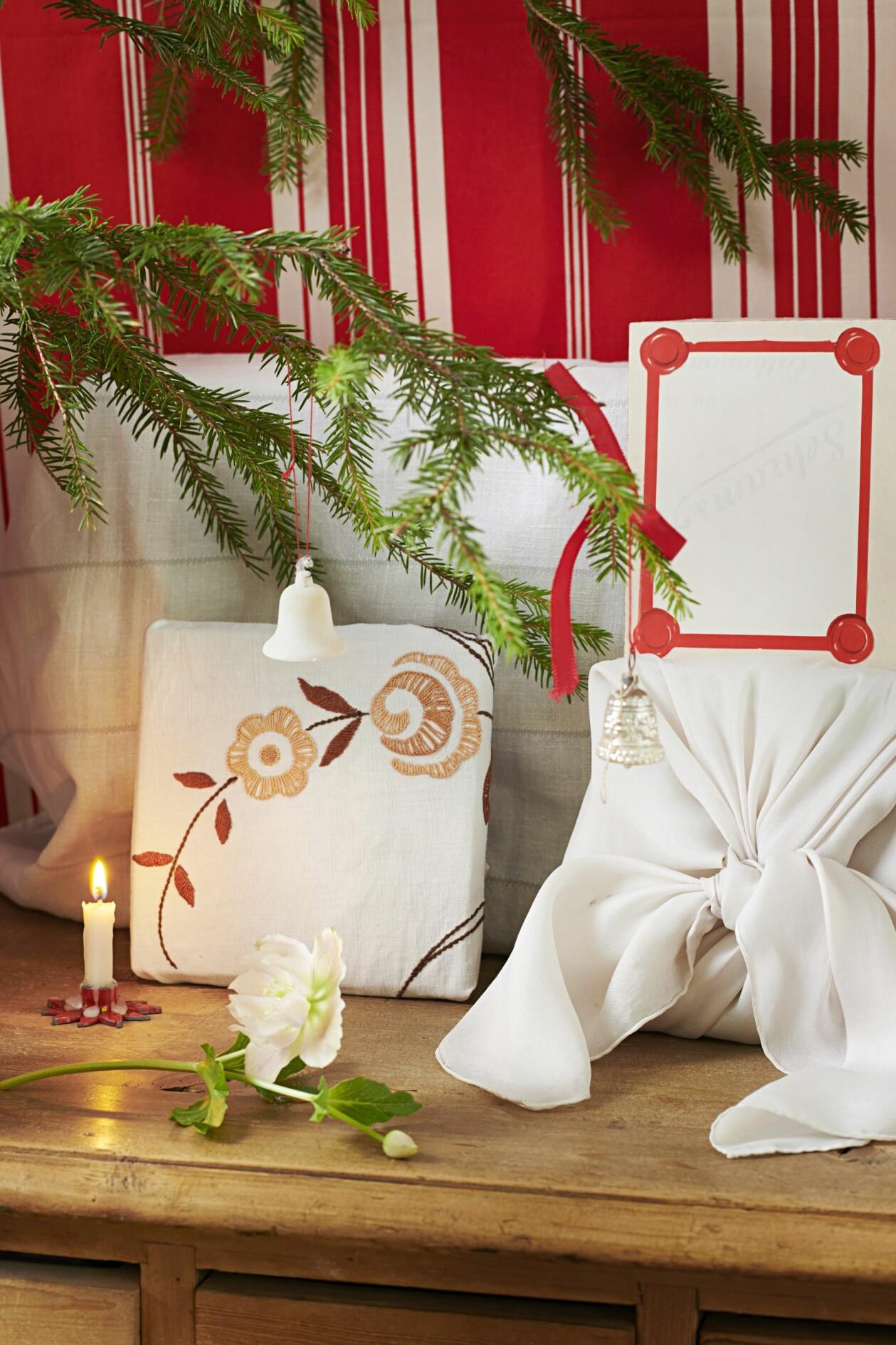Slå in paket med dukar, lakan, sjalar eller något annat tyg för att variera dina julklappar.