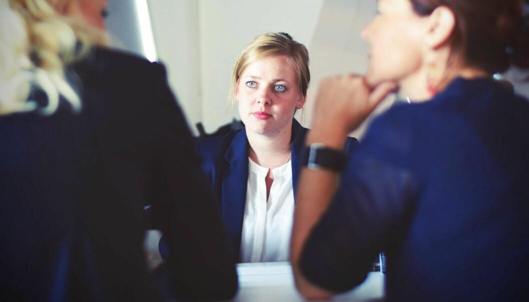En kvinna i ett möte som funderar över vad kollegerna hon ser upp till tycker och tänker om henne.