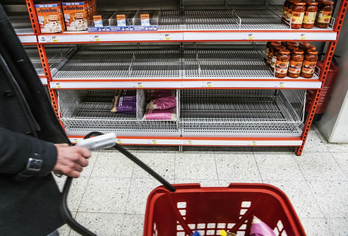 Slutsålda hyllor i livsmedelsbutik.