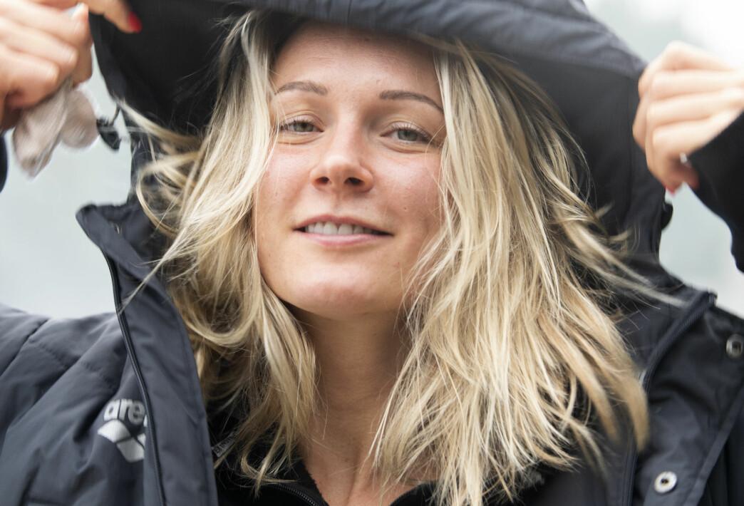 Sofia Sjöström drar upp luvan på sin täckjacka och tittar in i kameran.