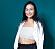Sofia Sundqvist fotograferad mot en blågrön bakgrund inför premiären av dejtingprogrammet Kärleken flyttar in.
