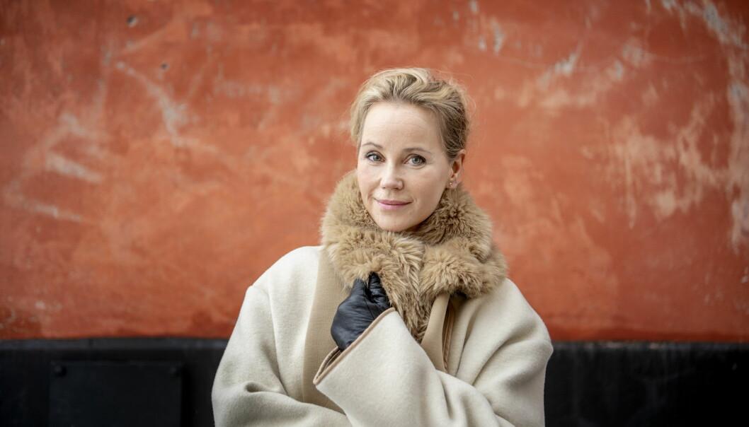 Skådespelerskan Sofia Helin i kappa och vantar.