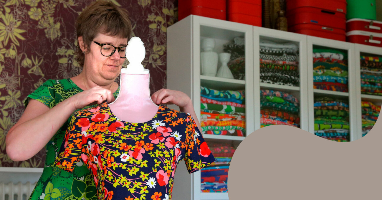 Sofie Holgersson som lider av ME/CFS rättar till ett färgglatt plagg på en provdocka.