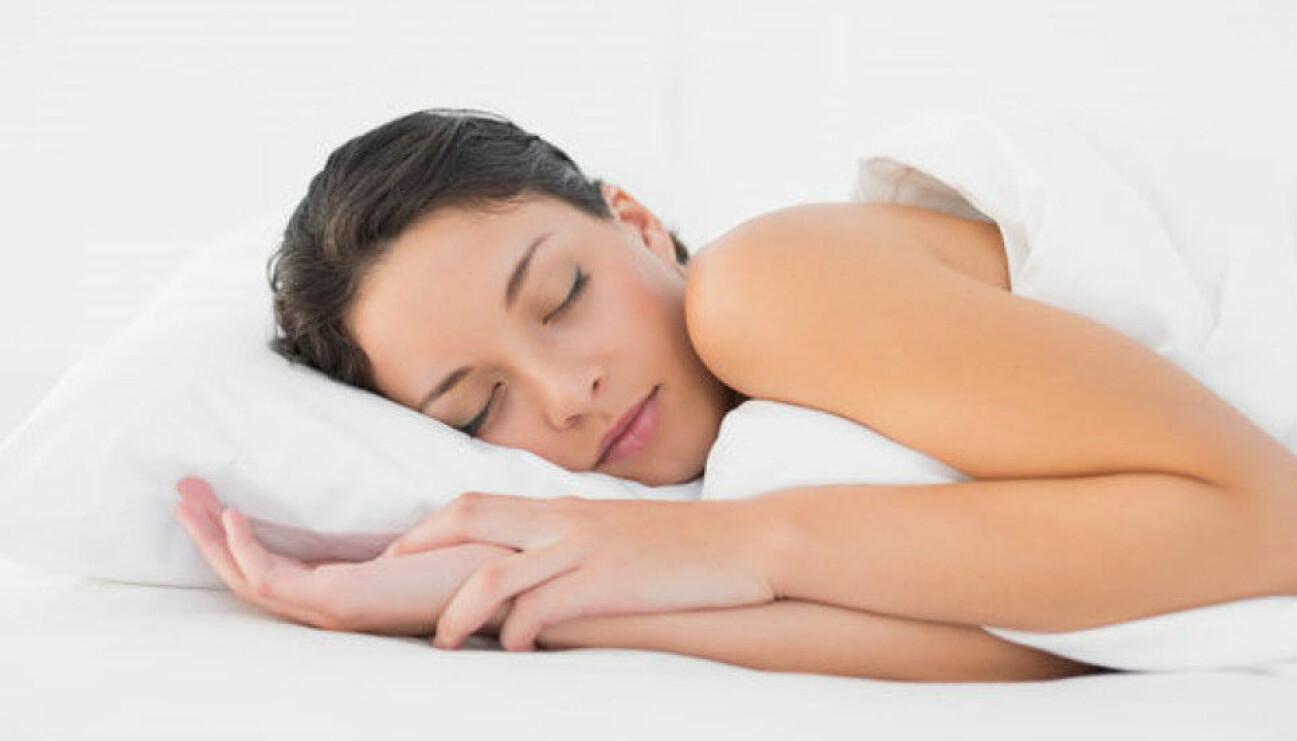 En kvinna som sover gott efter att ha följt tipsen i artikeln.