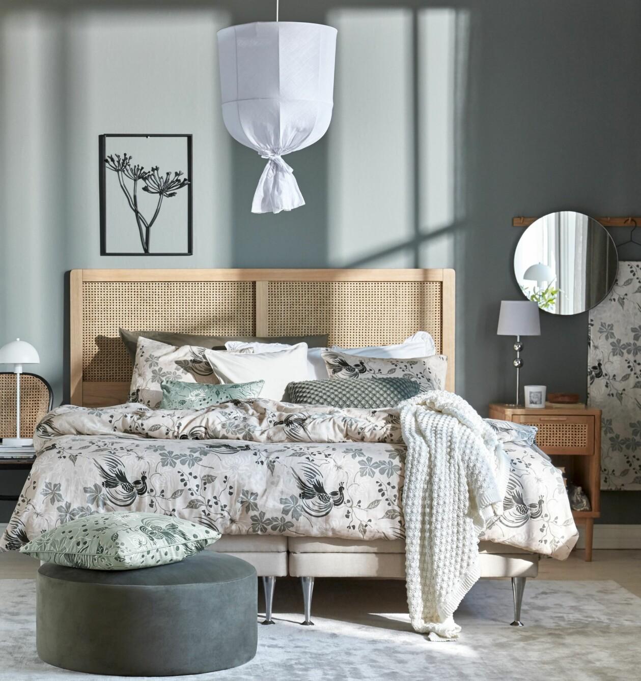 Sovrum med mönstrat påslakanset, grön vägg och rottinggavel, från Mio