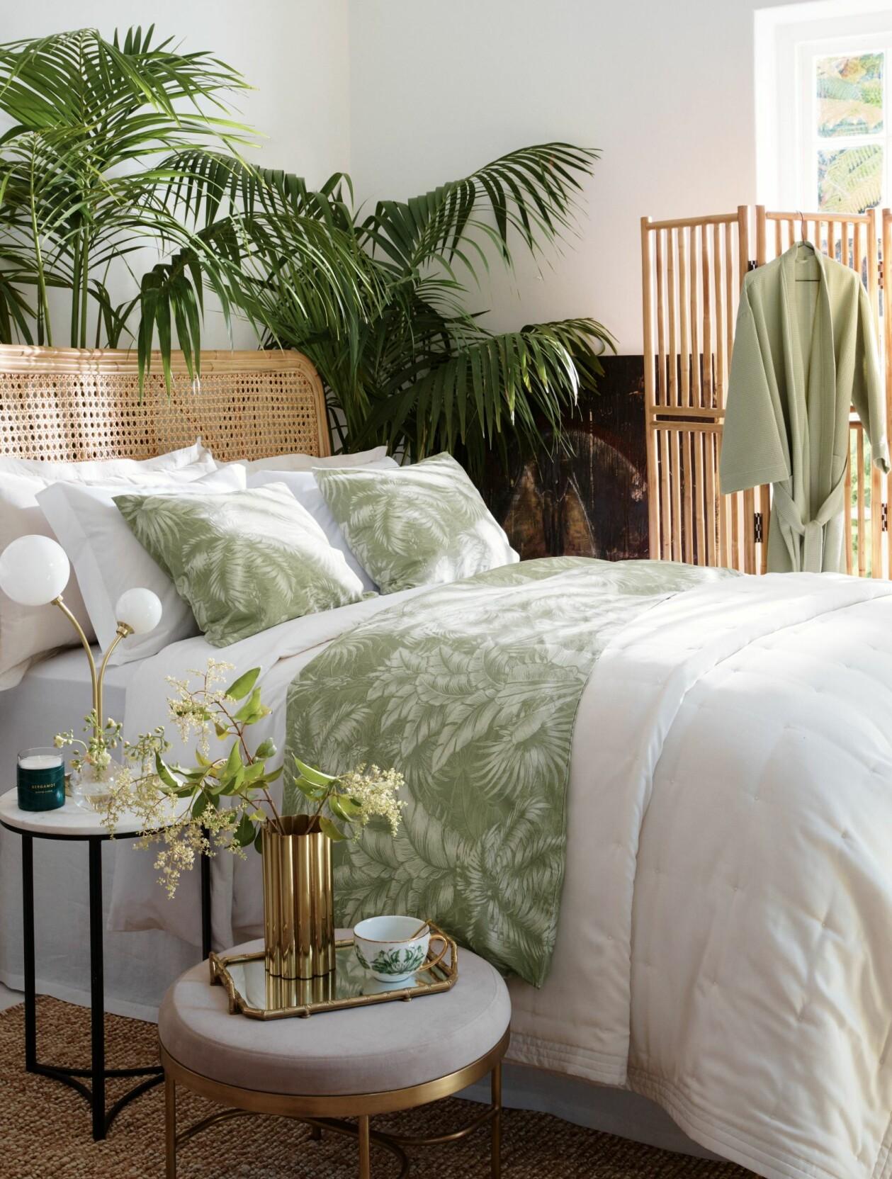 Sovrum med stora växter, naturmaterial och sängkläder med bladmotiv, från H&M Home