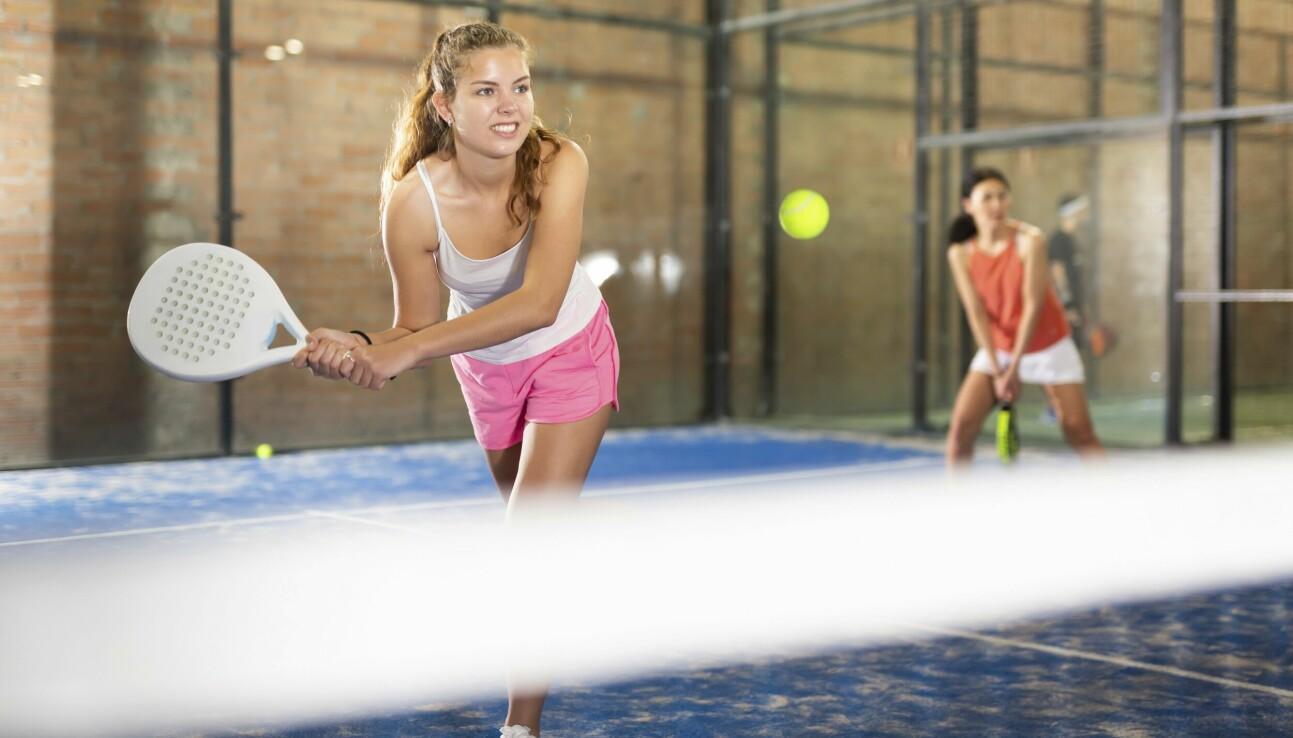 Kvinnor spelar padel i padelhall.