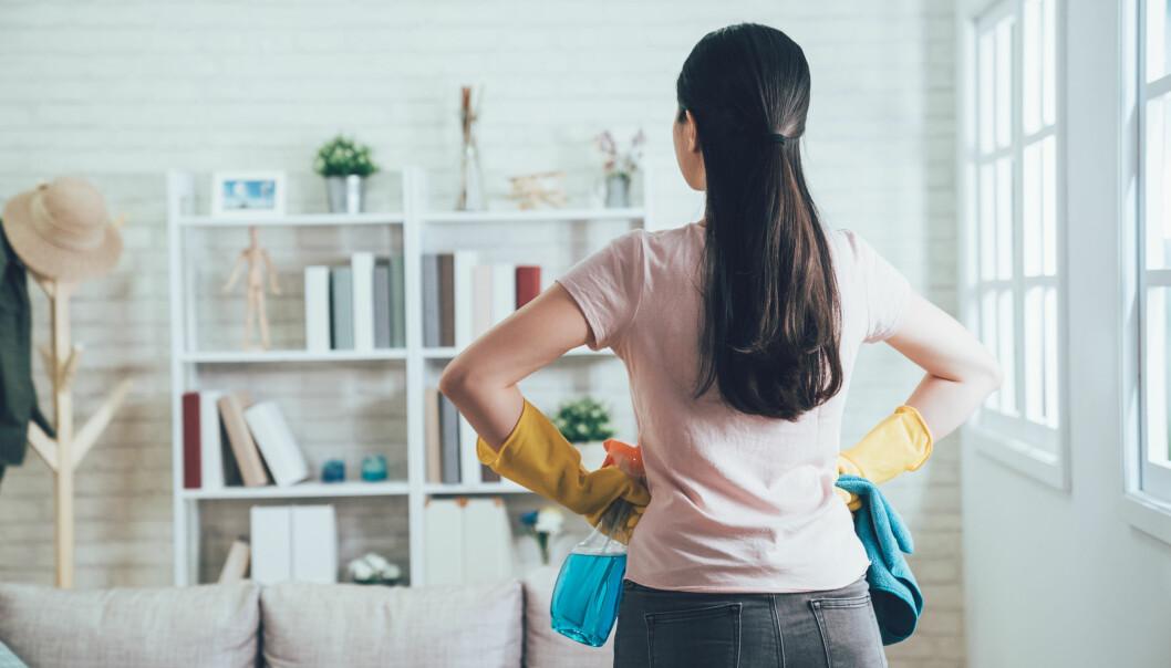 En kvinna som står och letar efter den smutsigaste platsen i hemmet.