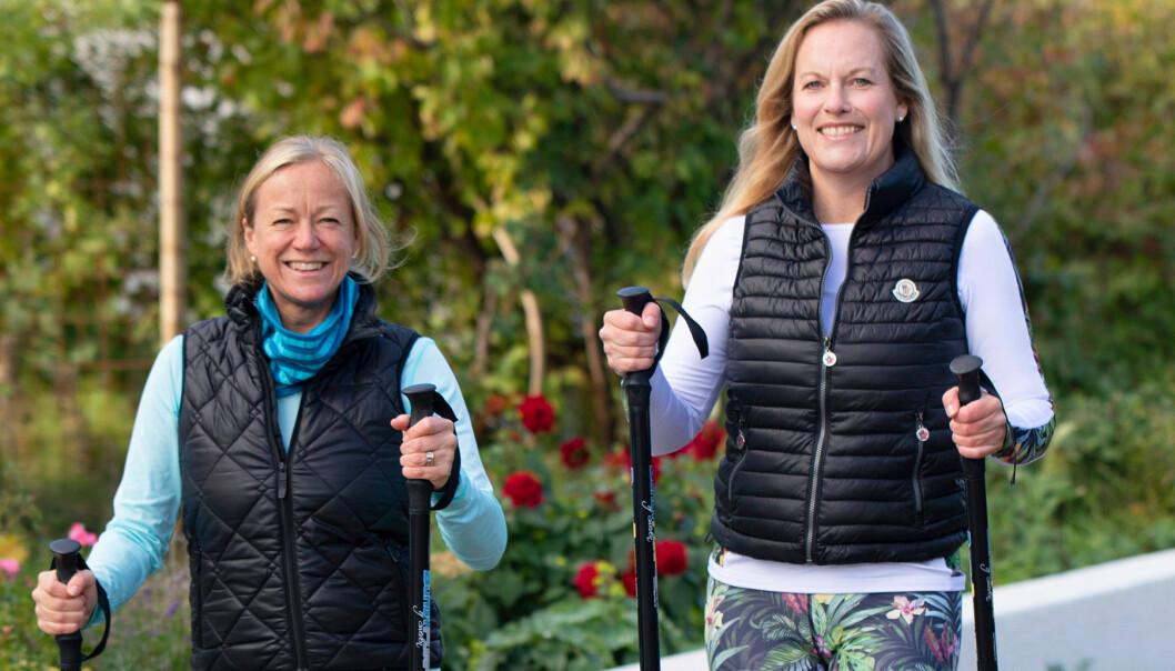 Två kvinnor går stavgång