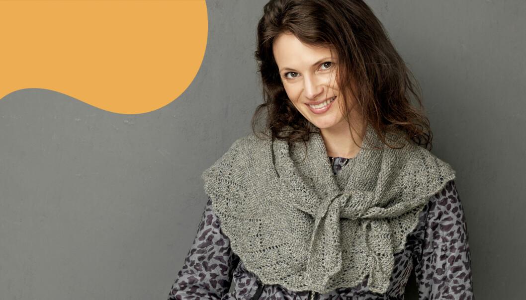 Kvinna i stickad ullsjal med spetskant