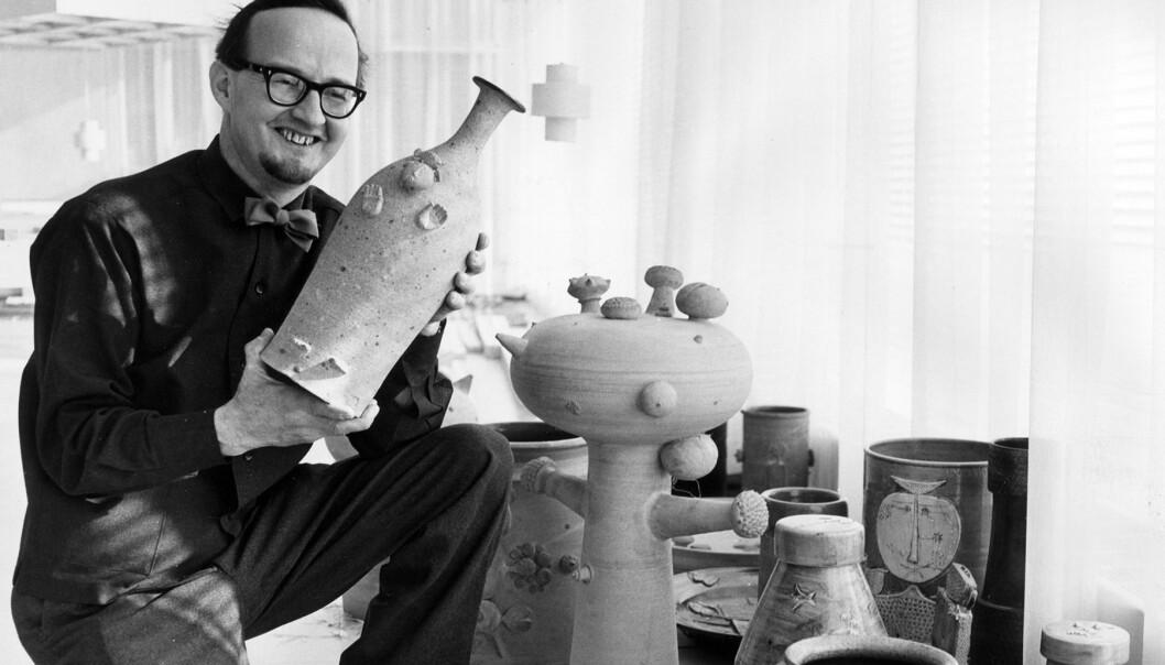 Stig Lindberg håller i en keramikvas