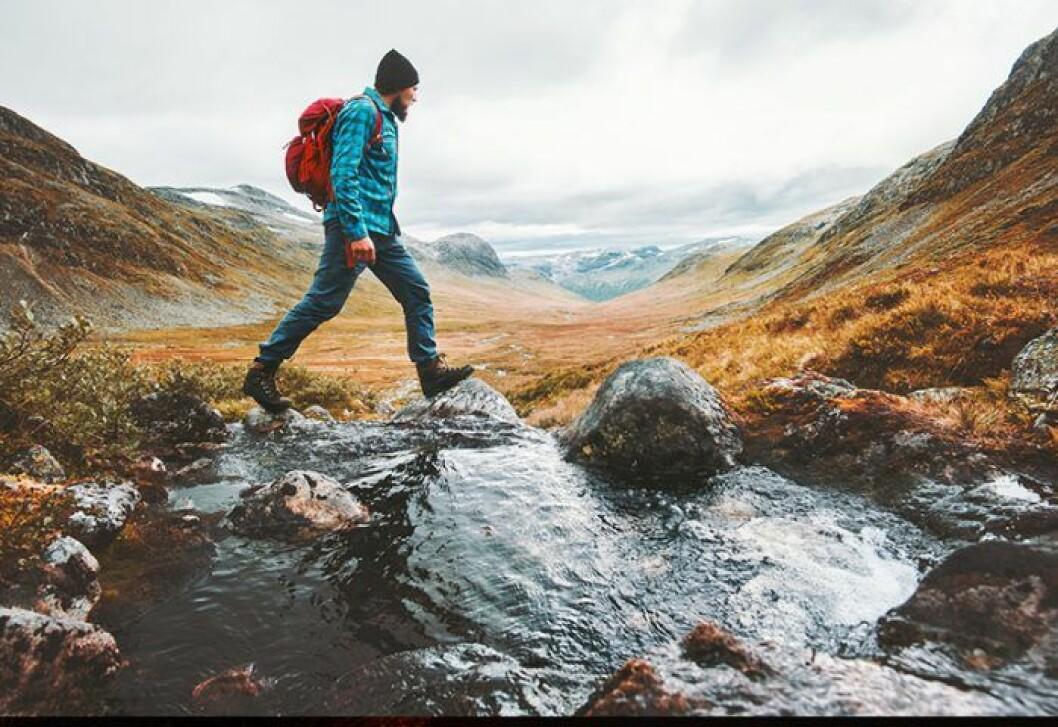 vandrare går över vatten