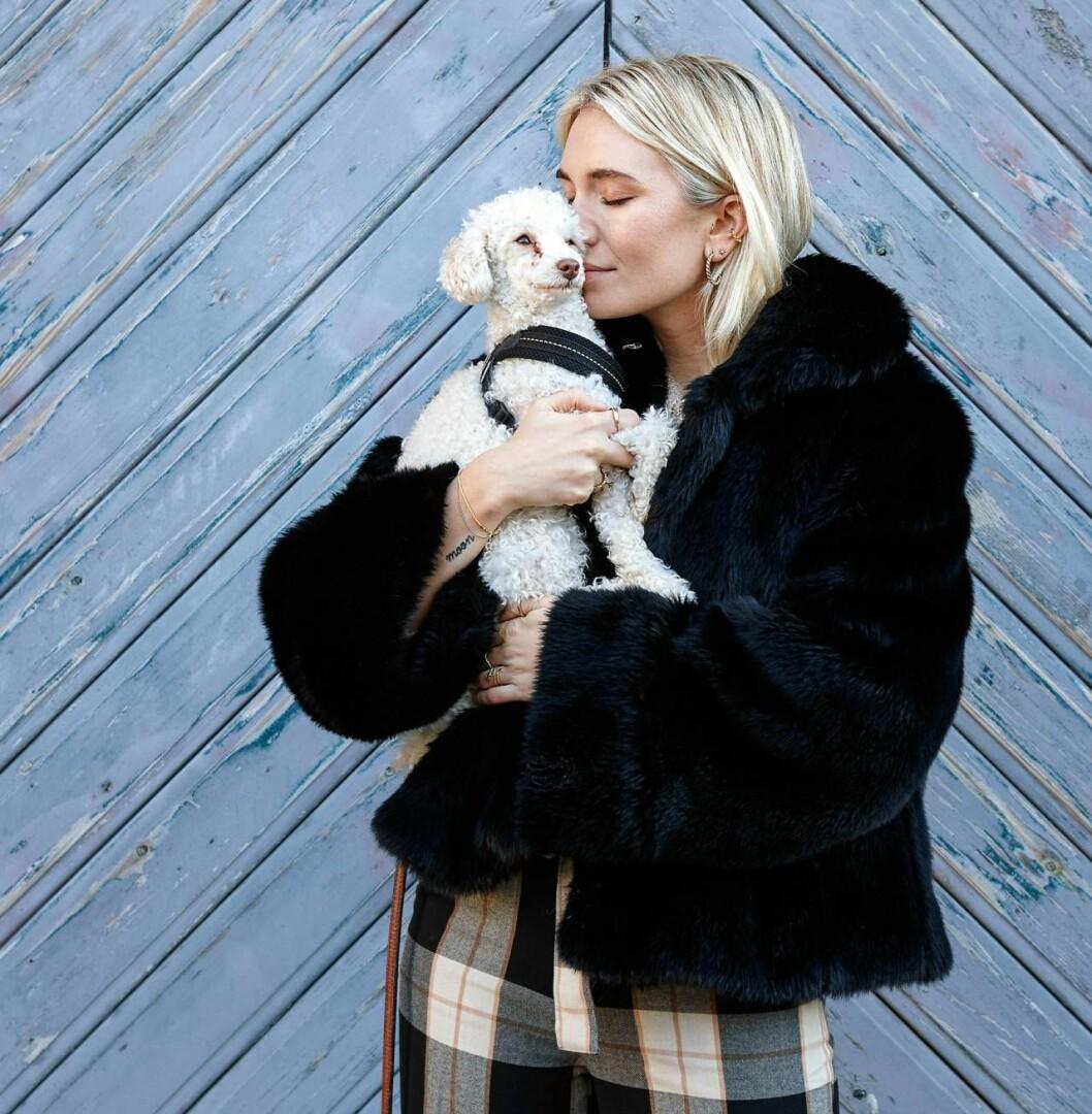 Josefin. med sin hund Moon