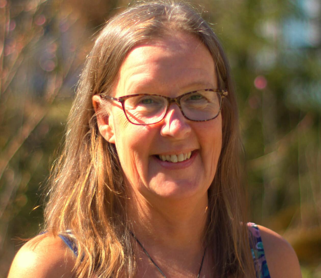 Susanne Bohlin som levde under hot på grund av sitt jobb ler på bild.