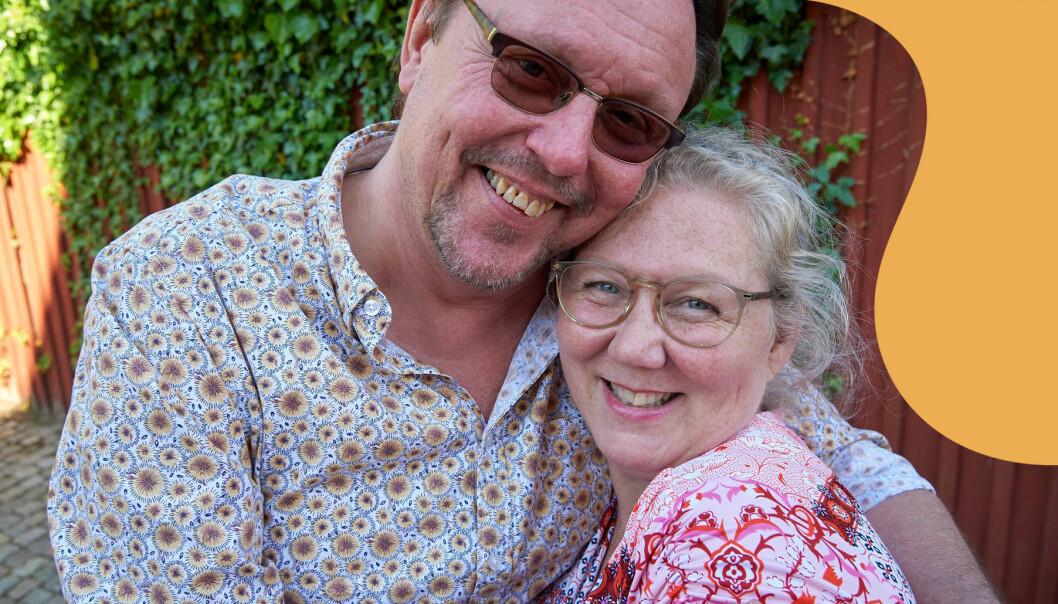Äkta makarna Kary Persson och Susanne Wärn Persson står framför ett rött plank med murgröna och berättar om hur det gick till när de möttes, blev kära och hur han valde att sluta dricka alkohol för hennes skull.