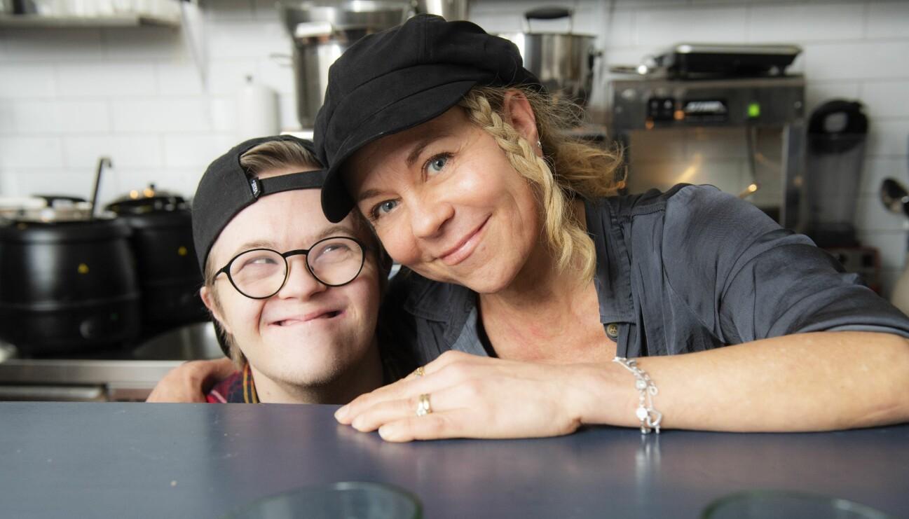 Sussie och sonen Benjamin står i köket till restaurangen hon startade för att ge honom ett riktigt jobb och berättar hur det gick till.