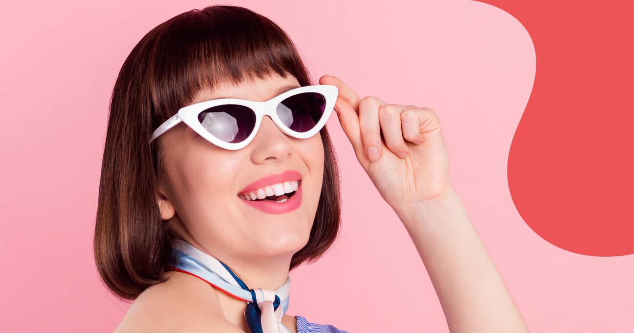 Glad kvinna med solglasögon.