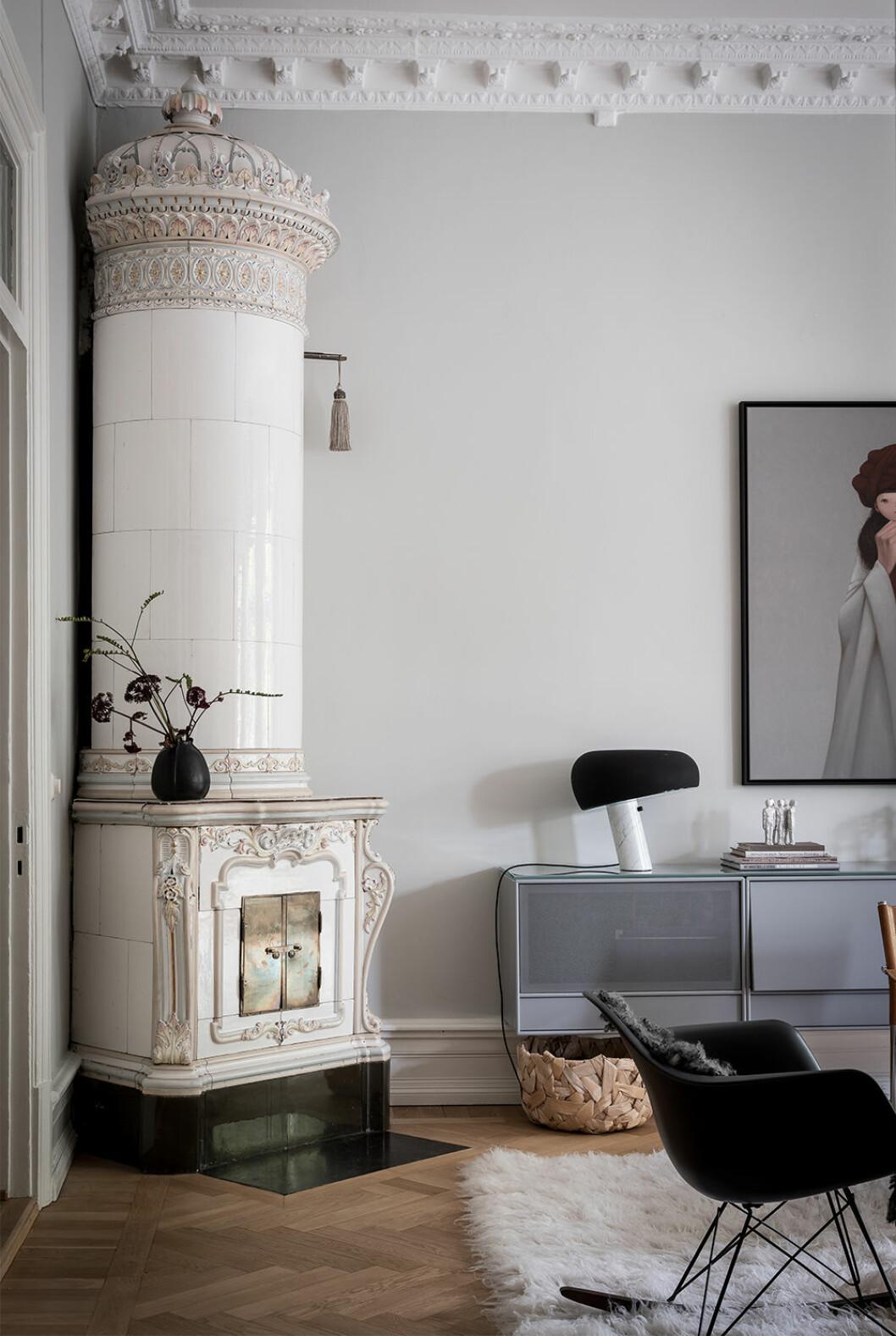 Svarta detaljer med vas och lampa i svart