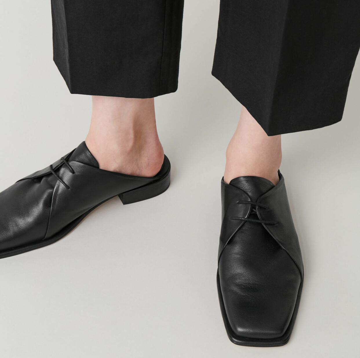 Svarta slip in-skor med snörning och carré-tå, från Cos