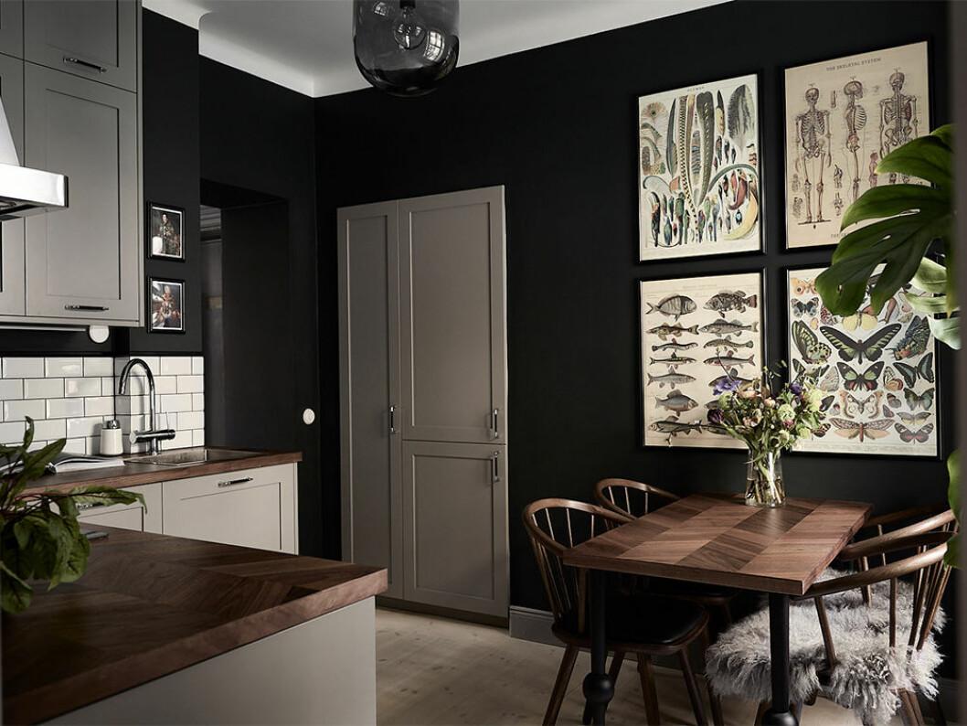 Kök med nästintill svarta väggar
