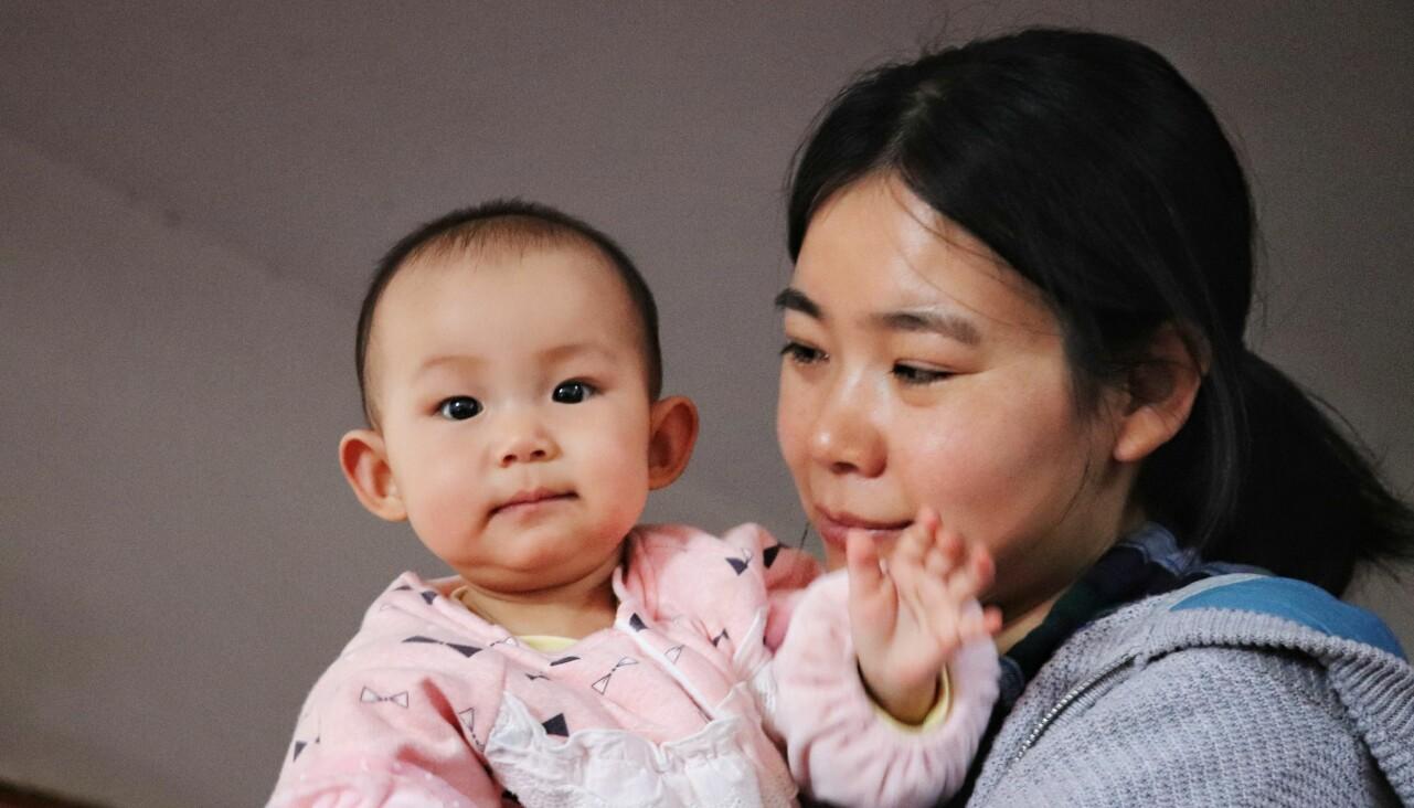 Sviken kvinna med bebis