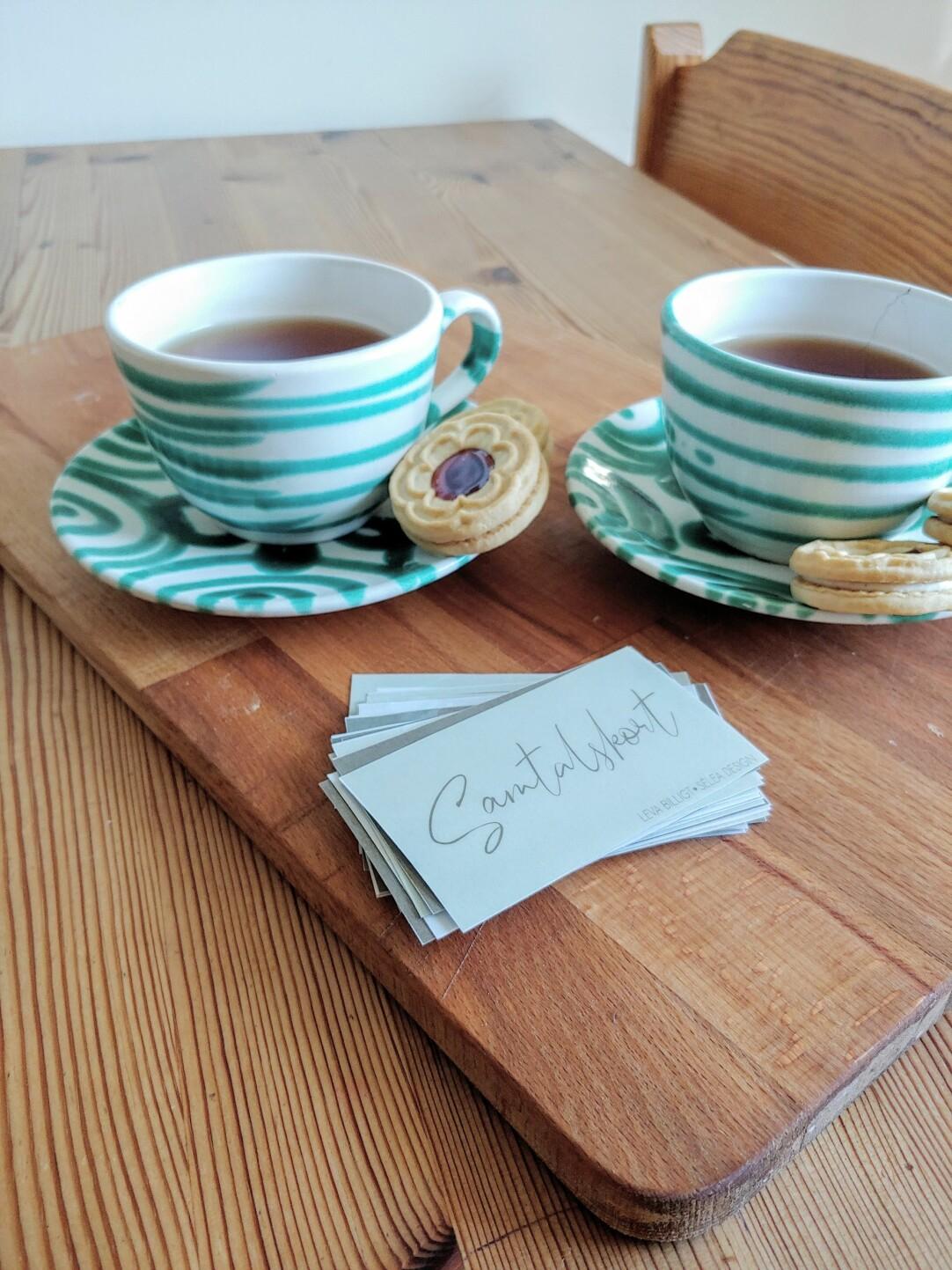 Två koppar med te och samtalskorten.