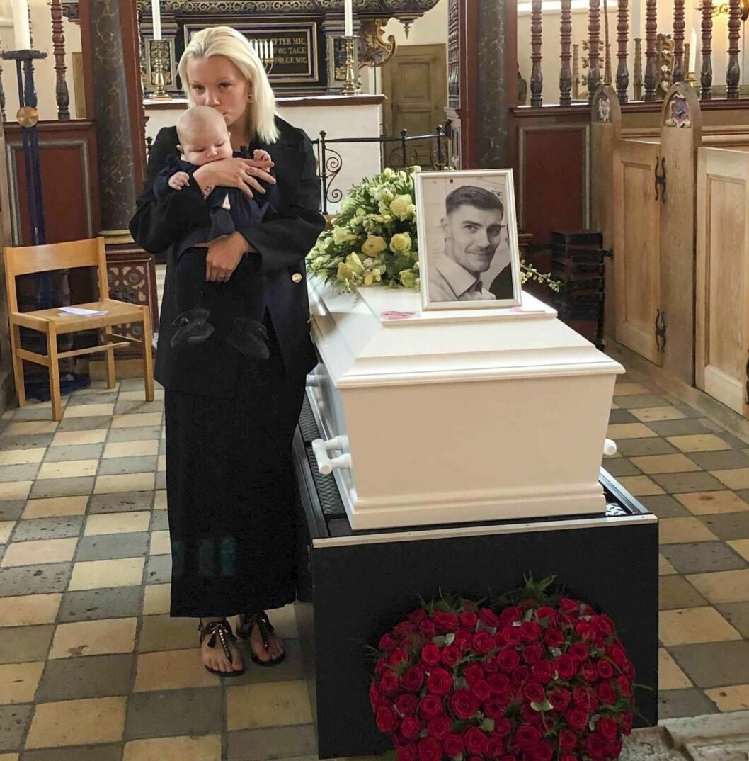 Aya och Liv tar ett sista farväl vid Thomas kista under begravningen