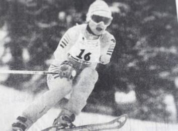 Tidningsklipp visar Gunilla i skidbacken när hon tävlade för Sverige i Paralympics och vann guld.
