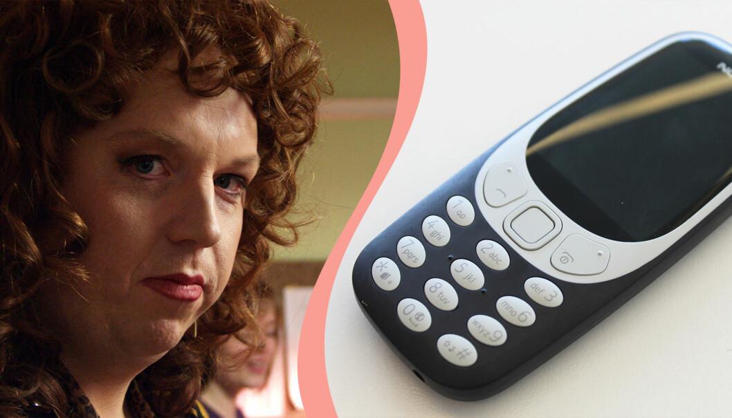Till vänster, Anders Jansson som karaktären Tiffany Persson, till höger en nyutgåva av Nokias 3310.