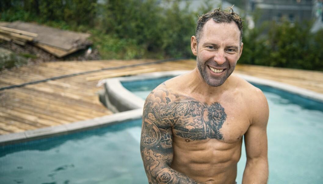 Tobias Fogelqvist har precis tagit första badet i sin pool som han kallar Afrikapoolen eftersom den är formad som Afrika