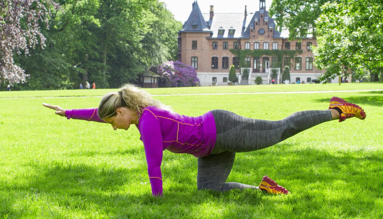 Träningsinstruktör Josefin Liljegren visar enkla träningsövningar att göra utomhus.