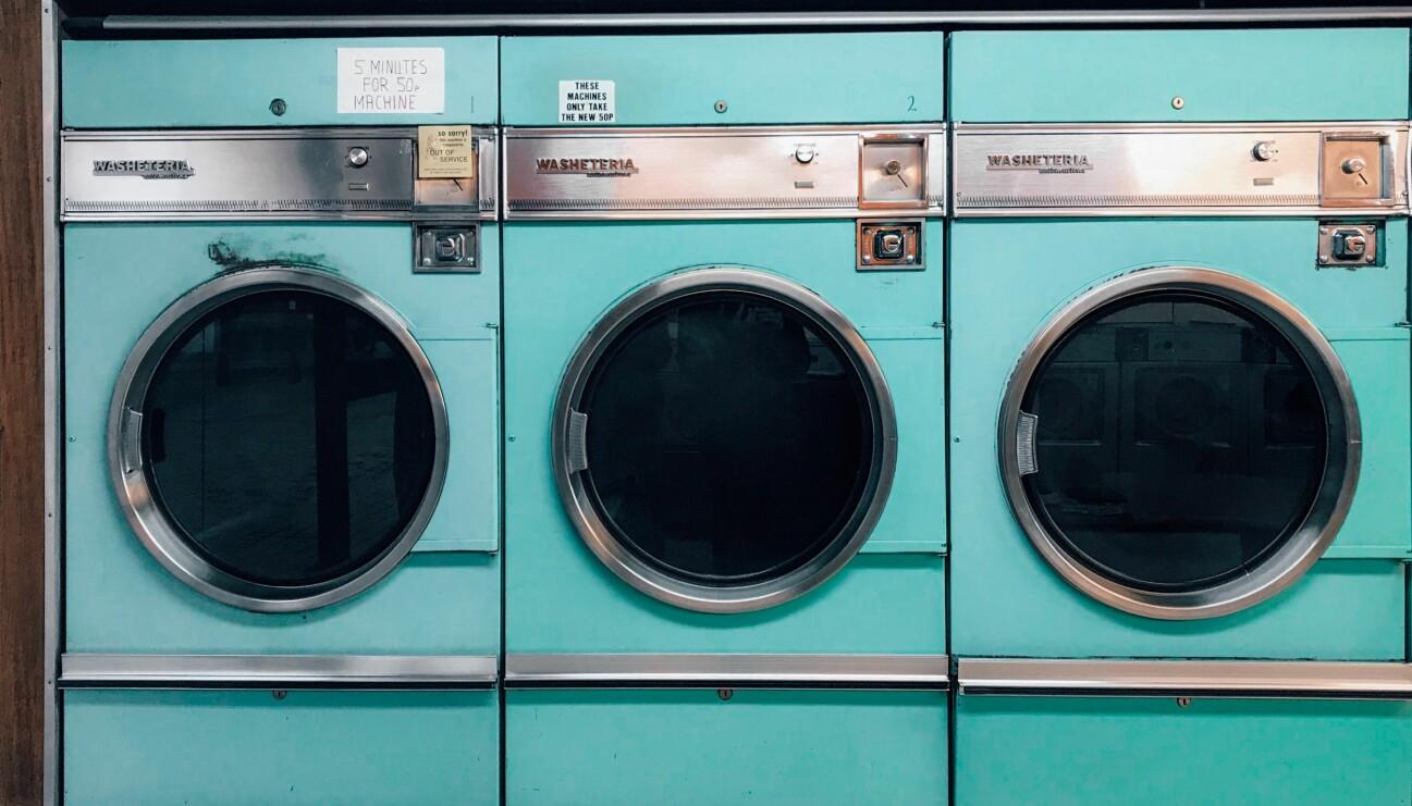Tre turkosa tvättmaskiner