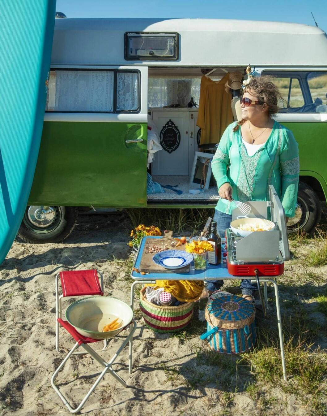 Tv-kocken Susanne Jonsson lagar mat utanför sin buss Hjördis