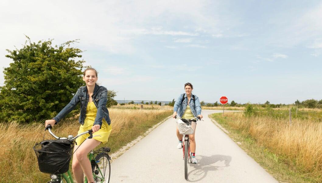Två kvinnor på cykel
