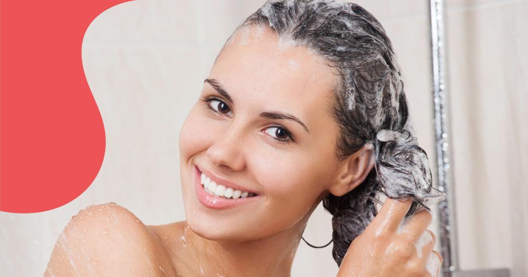 Kvinna tvättar håret.