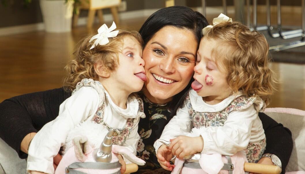 Mamma med tvillingflickor som har en sällsynt sjukdom.