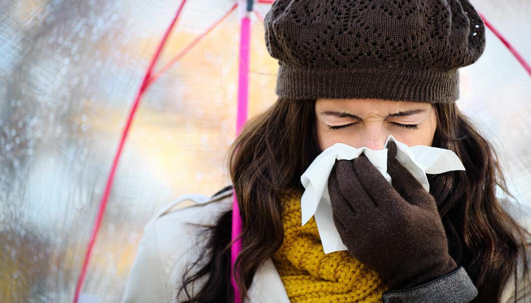 Sjuk kvinna hostar och nyser