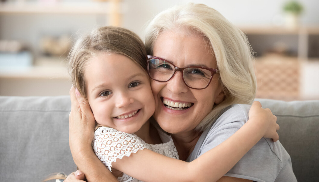 En kvinna kramar om sitt barnbarn efter att ha fått dubbla doser av vaccinet.