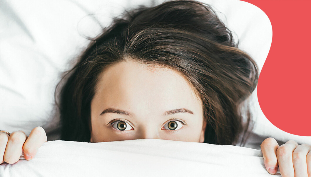 Vaken tjej tittar fram med stora ögon