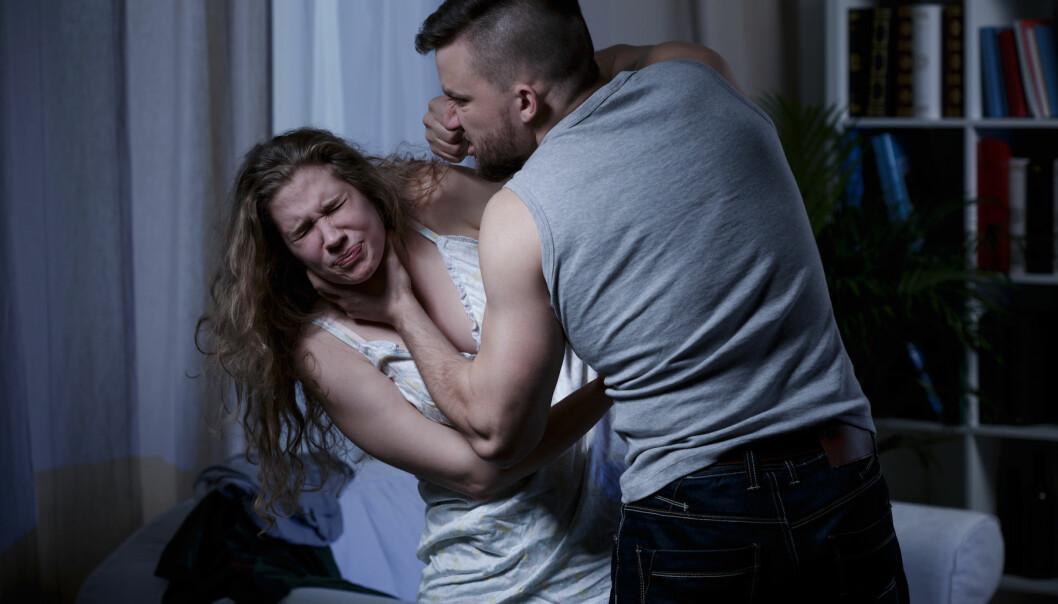 En kvinna som blir slagen av sin partner.