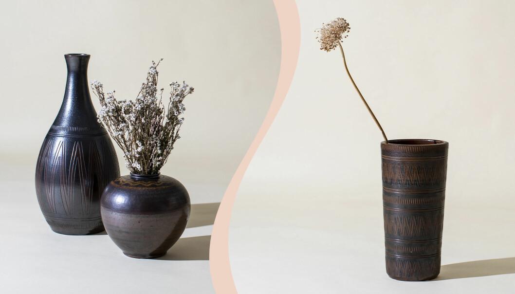 Till vänster en hög mörkbrun golvvas och en mindre vas i rund form med en bukett torkade blommor i, till höger en rak mörkbrun vas med en torkad blomma i.