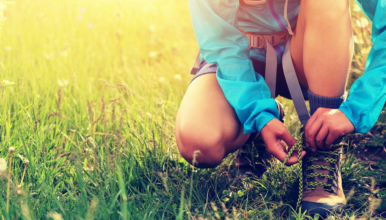 En nybörjare snörar på sig skorna för att ge sig ut och vandra.