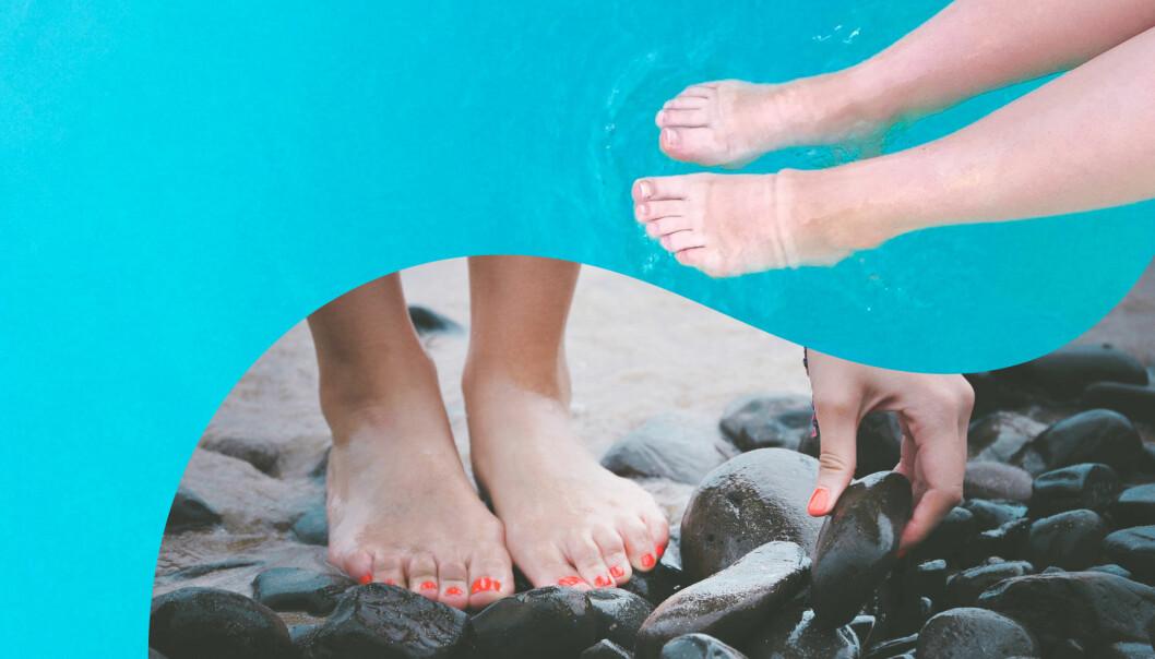 Fötter i vatten och fötter på strand.