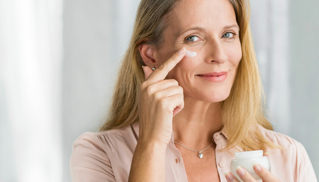 Kvinna smörjer på ögoncreme för att lindra ögonbesvär.