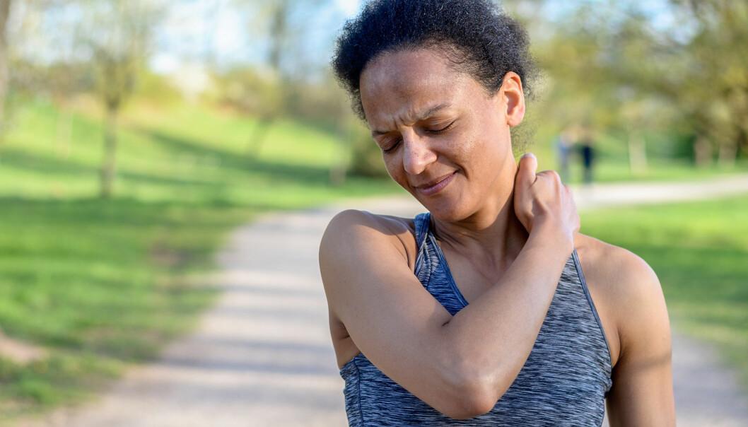 Kvinna har ont i axlarna
