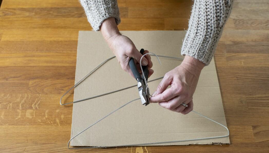 Vår DIY-expert visar hur du böjer galgarna till bågar för att få till ditt kattält.