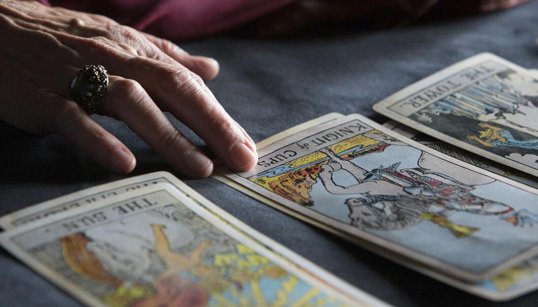 Kvinna lägger tarotkort