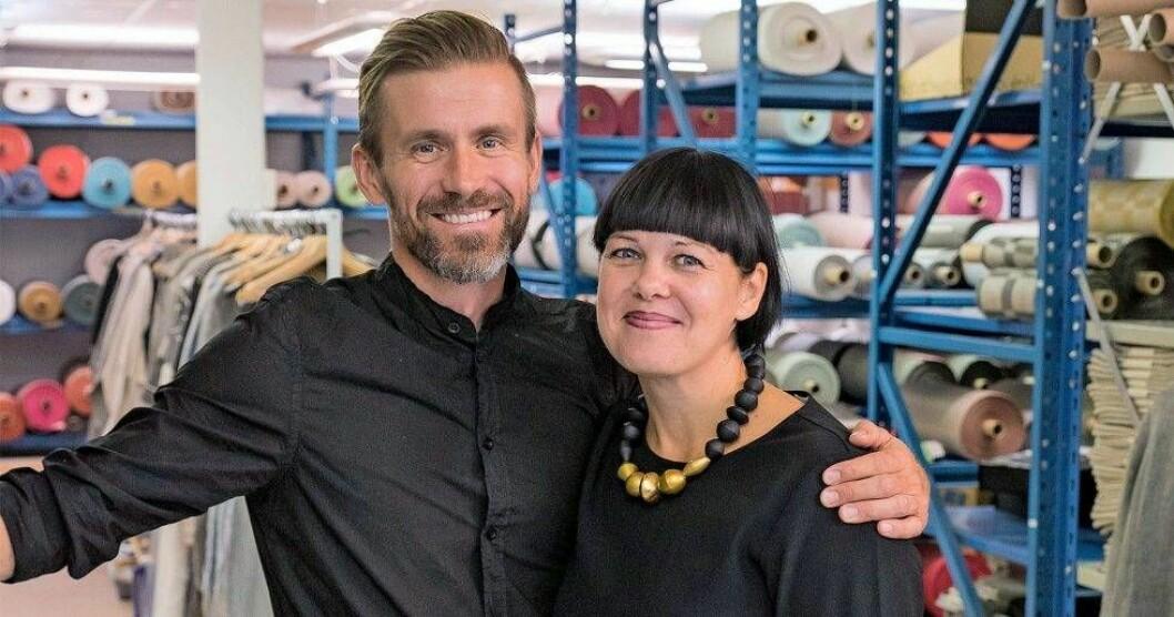 Paret Jacob och Hanna Bruce i svarta kläder håller om varandra.