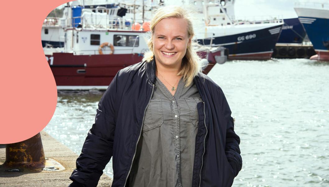 Evelina Fasth står i hamnen. Snart lämnar hon Sverige för att arbeta som volontär i Afrika.
