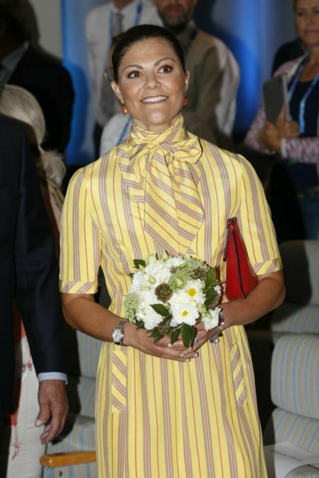 Kronprinsessan Victoria i drottning Silvias klänning.
